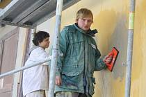 Na snímku jsou Jiří Sulek a Michal Kučera ze 3. ročníku oboru zedník.