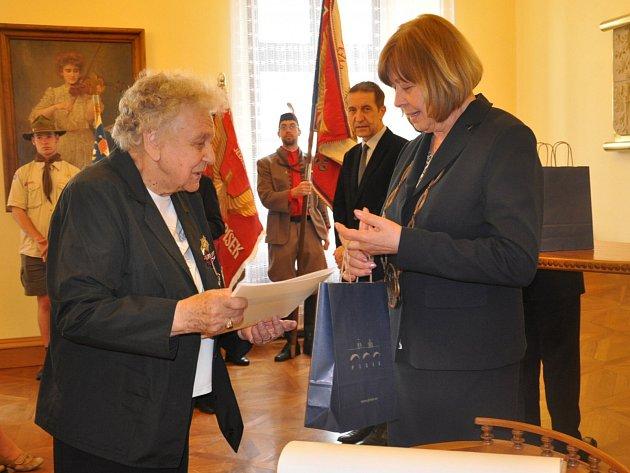SETKÁNÍ. Na snímku z obřadní síně radnice  je Irena Hrbáčková s píseckou starostkou Evou Vanžurovou na setkání válečných veteránů  k 70. výročí  konce druhé světové války.