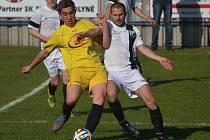 KESTŘANY PROHRÁLY VE VOLYNI 1:2. Na snímku o míč bojují Roman Příhara a Patrik Viktora.