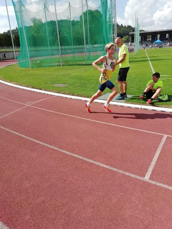 Matěj na trati běhu na 1500 m.