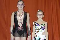 Milevské moderní gymnastky Ludmila Korytová (vlevo) a Natálie Křížová startovaly na mezinárodním závodě O stříbrného sokola v polském Krakově. Ludmila vybojovala dvě medaile - stříbrnou a bronzovou.