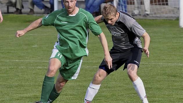 Hostující Hynek Rybák (vlevo) uniká Řezníčkovi v utkání minulého kola krajského fotbalového přeboru, ve kterém domácí Jankov prohrál s Čížovou vysoko 0:4.