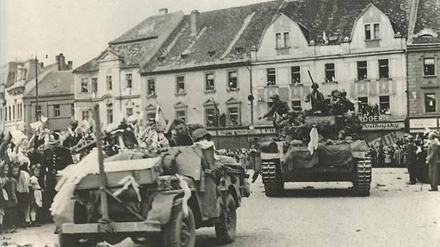 Američtí vojáci v Písku v květnu 1945.