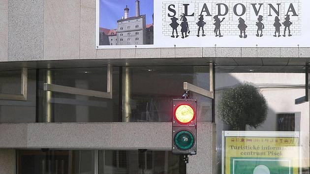 NOVINKA. V pondělí celý den blikala na semaforu u Sladovny v Písku červená. Jako každé pondělí bylo zavřeno.