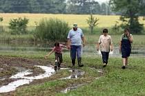 Soukromý zemědělec Václav Šmitmajer z Putimi obešel se svými dětmi zatopená pole, aby zjistil škody po přívalových srážkách.
