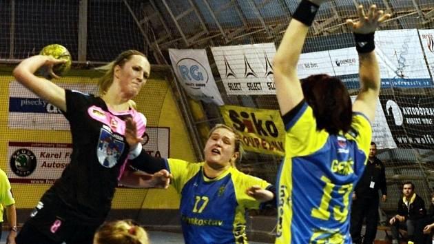 STŘELA DO TYČE. Michaela Součková mohla senzačně rozhodnout sobotní utkání mezi Pískem a Michalovcemi. Hráčka Jihočešek ale trefila pouze tyč a utkání skončilo překvapivou remízou.