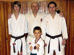 Na snímku jsou závodníci Budó školy KK Písek. Vzadu stojí (zleva): Štěpán Chvátal, trenér Karel Kolerus a Jaroslav Buzek. Před nimi je Michal Voldřich.