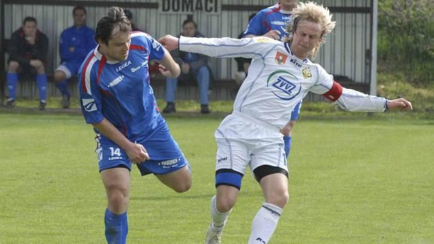 KAPITÁN TÝMU. Petr Janouch (vpravo v souboji s Třeštíkem) přispěl jedním gólem k vítězství mužstva FCZVVZ v utkání krajského přeboru na hřišti v Bavorovicích v poměru 0:2.