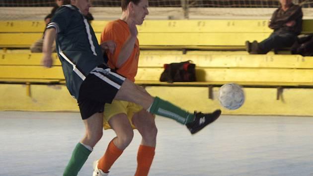 HATTRICK. V utkání okresní soutěže ve futsalu–FIFA – skupiny o konečné umístění Orange Sheep – Tomcat (4:3), vstřelil Miloslav Antony z vítězného týmu tři branky. Náš snímek zachytil jeden z osobních soubojů v tomto střetnutí.