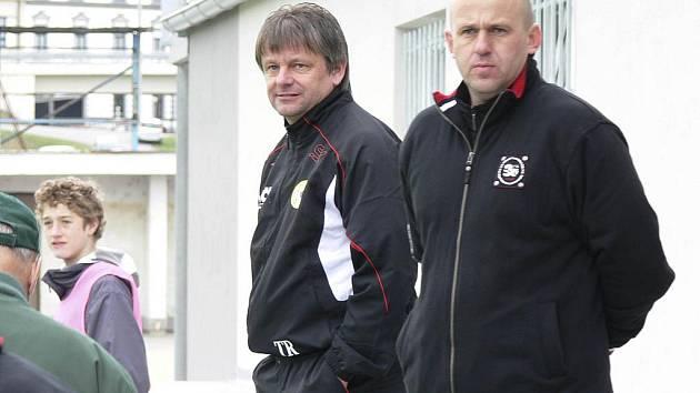 Trenér píseckých fotbalistů Karel Musil (na snímku vlevo se svým asistentem Jaroslavem Kostkou) pozorně sleduje hru svých svěřenců na hřišti.
