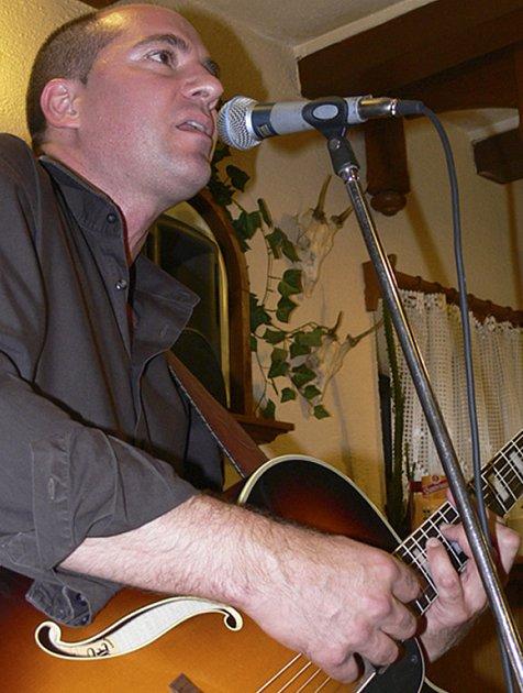 Na městských slavnostech v Milevsku vystoupí v parku Bažantnice na sobotním koncertu také kanadský bluesman žijící v Písku Marty Hall.