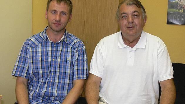 Na snímku je předseda oddílu házené TJ Sokol Písek Rudolf Žaba (vpravo) a ekonomický manažer klubu Tomáš Poskočil při rozhovoru pro Písecký deník.