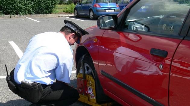 Městská policie odměňuje řidiče za špatné parkování botičkami.