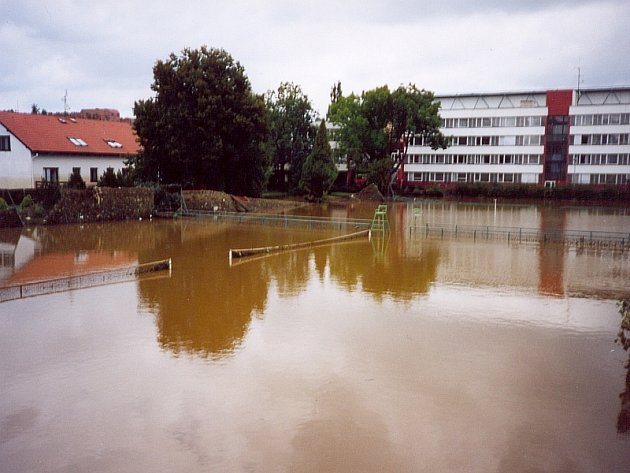 BEZ TENISU. Takto vypadal areál Tenisového klubu Písek v úterý 13. srpna 2002. Všechny kurty jsou pod vodou.