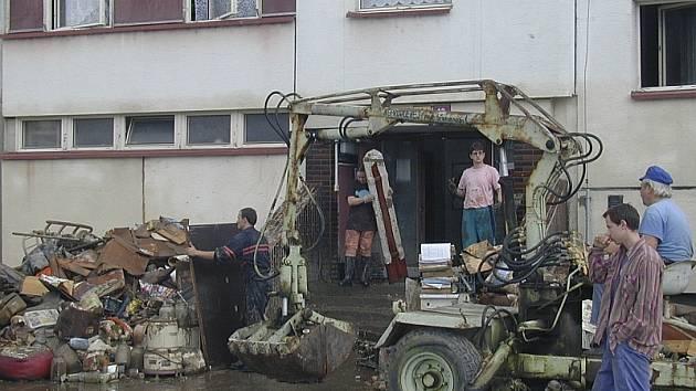 PO POVODNI.  Sotva voda opadla,  začali obyvatelé domů a desítky jejich dobrovolných pomocníků s likvidací následků ničivé povodně.