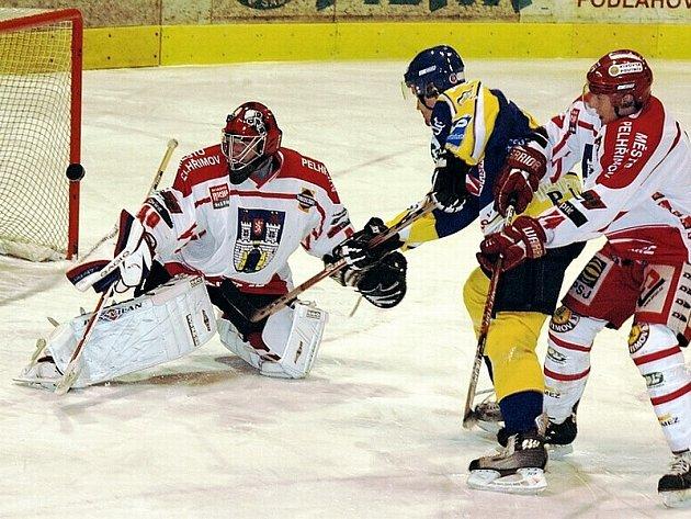 SLIBNÁ VÝHRA. Domácí Nikodem (v tmavém) z této šance sice gólmana Adamce překonal, ale puk těsně minul branku. V utkání druhé hokejové ligy vyhrál Písek nad Pelhřimovem 3:0.