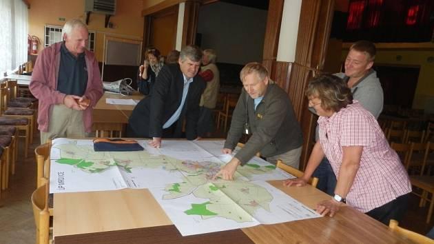 Obyvatelé Mirovic diskutovali nad územním plánem.