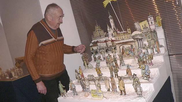 Řezbář Vladimír Müller s betlémem, kde figurky  mají podobu  významných osobností spjatých s Pískem