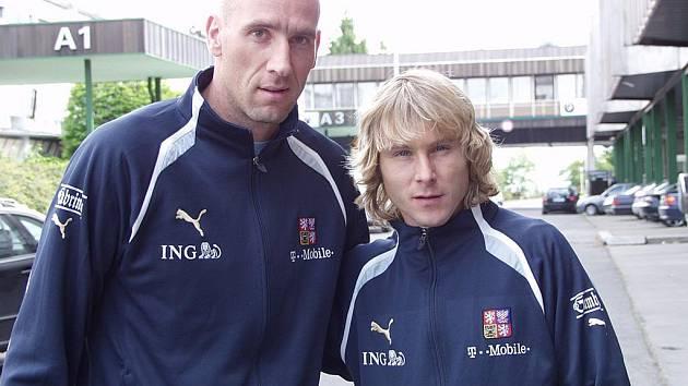 Zatímco Jan Koller (vlevo) ve vrcholovém fotbale již skončil a nyní hraje pouze třetí francouzskou ligu za Cannes, Pavel Nedvěd po skončení hráčské kariéry zvažuje svůj návrat. Italský Juventus Turín mu nabízí funkci asistenta trenéra u ligového týmu.