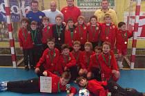 Na snímku jsou mladší fotbalisté FC Písek U9 (se svými trenéry), kteří sehráli dva Vánoční halové turnaje v Písku, a to v kategoriích mladší a starší přípravky.