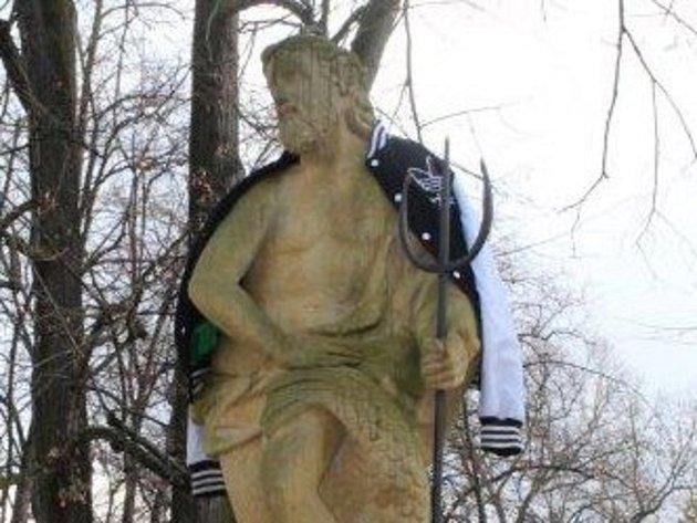 Sochu Neptuna v Palackého sadech někdo oblékl.