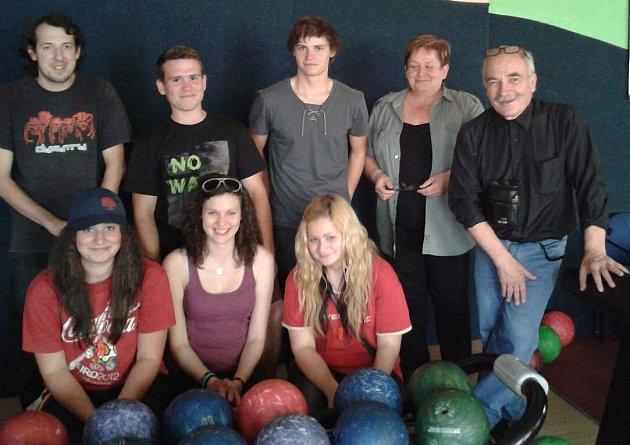 Po úklidu břehů Otavy v Písku jeho účastníci přijali pozvání na bowling.