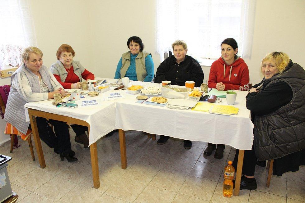 Volby ve Chvaleticích u Protivína. Na snímku jsou členky ryze ženské komise Svatava Nečasová (zapisovatelka), Eva Piklová (předsedkyně), Eva Dunovská, Pavla Piklová, Iveta Jelínková a Marta Rychtářová.