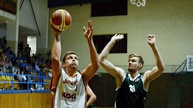 VYVRKNUTÝ KOTNÍK. Basketbalista Sršňů Písek Martin Hušek (vlevo) si v zaměstnání vyvrkl kotník. Do nedělního utkání s Plzní se zranění pokusí vyléčit. Na snímku se ho v prvním duelu sezony snaží ubránit Matěj Schinko z Košířů. Sršni vyhráli 90:69.