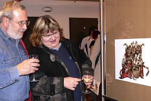 Kresby čertů malíře Karla Franty zaujaly  v písecké Sladovně  také MUDr. Danu Preslovou a ing. Martina Presla.