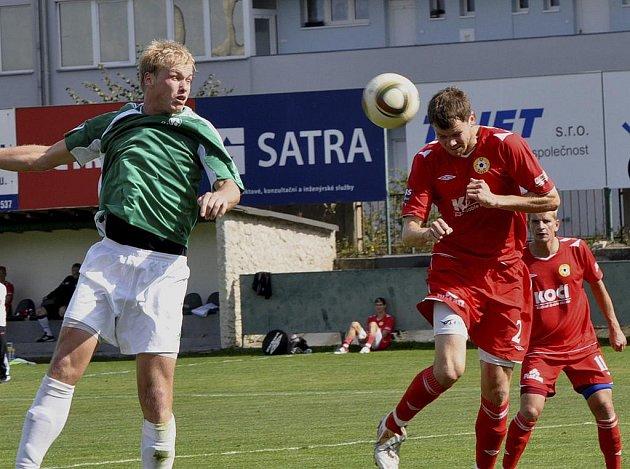 Na snímku je domácí Bureš (vlevo) v hlavičkovém souboji s Romanem Pivoňkou, který po svém příchodu na hřiště ve druhém poločase měl několik příležitostí, ale žádnou neproměnil. V zápase třetí fotbalové ligy vyhrál Vltavín nad Pískem 2:0.