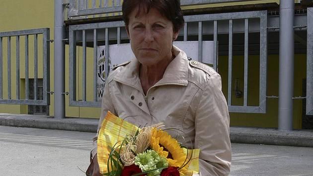 Jarmila Kratochvílová v hledišti píseckého stadionu pozorně sledovala průběh mistrovství republiky veteránů v atletice na dráze.