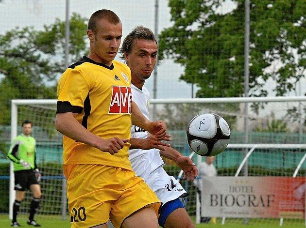 Hostující Tomáš Stráský (ve žlutém dresu) bojuje o míč s Michalem Skopalíkem v jihočeském derby ve třetí fotbalové lize, ve kterém FC Písek remizoval s Dynamem České Budějovice B 2:2.
