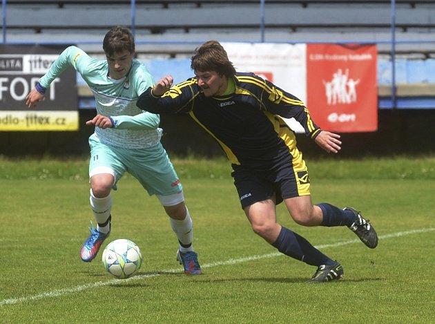 Domácí Zbyněk Vorel (vlevo) bojuje o míč s  Jakubem Novákem v zápase krajské fotbalové I. A třídy, ve které Protivín hrál s Bernarticemi 0:0.