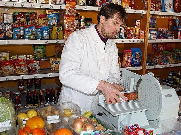 V PRÁCI. Jaroslav Hlavín v obchodě ve chvíli, kdy pro jednu zákaznici krájí salám.
