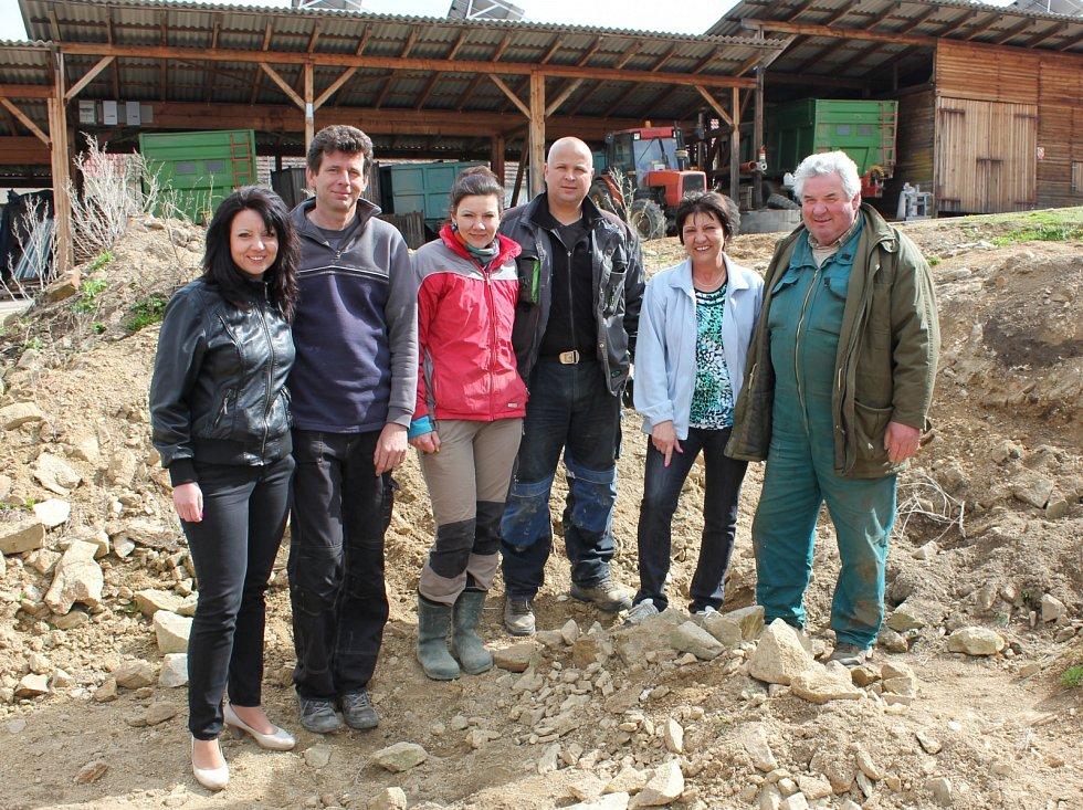 Rodina Němcových - (na snímku zprava) manželé Dagmar a Jiří Němcovi, dcera Simona a zeť Lukáš Šimákovi a dcera Soňa a zeť Martin Ramajzlovi - na místě, kde byl nalezený poklad.