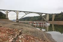Orlická přehrada pod Podolským mostem v roce 2015.