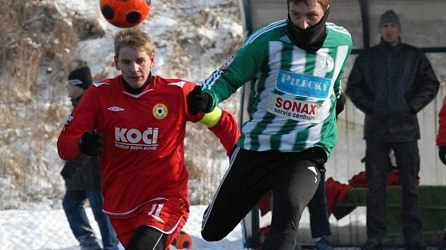Písecký kapitán Jan Zušťák (vlevo) sleduje střílejícího Tomáše Fenyka v přípravném zápase, ve kterém fotbalisté Písku zvítězili nad Bohemians Praha 2:1.