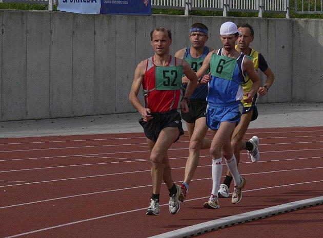 Písecký vytrvalec Jiří Jansa (č. 52) vyhrál letošní, v pořadí již sedmnáctý ročník Běhu tolerance v Písku, druhý zleva běží Bohuslav Rodina, který v kategorii mužů 50 - 59 let obsadil druhé místo.
