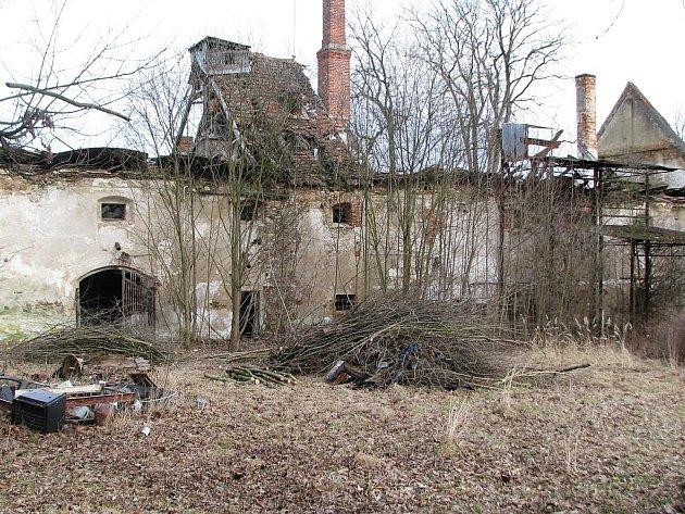 Zchátrálý zámeček v Srlíně.
