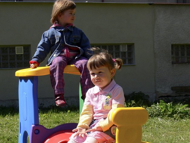 Na zápis do 12.  mateřské školy v Šobrově ulici v Písku přišly se svými rodiči také Adélka Gage a Eliška Čapková (na střeše mašiny) a bylo znát, že se jim prostředí školky a její zahrady zamlouvá.