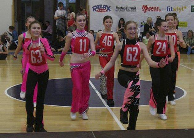 Na snímku ze závodu v Praze jsou (zleva) s č. 63 Tereza Kahounová a s č. 62 Šárka Nováková, obě z klubu Edita Sokol AK, které se po výborném výkonu probojovaly mezi nejlepších patnáct dívek v kategorii 11 - 13 let.