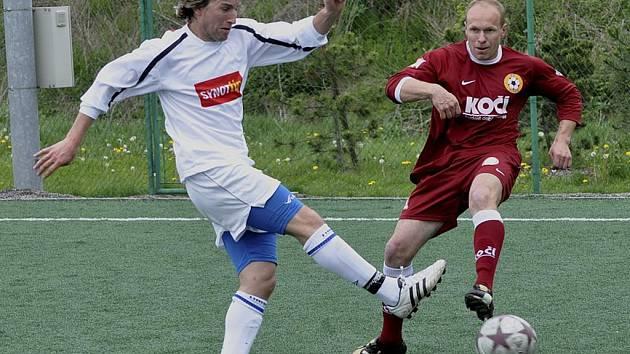 Domácí Zach (vpravo) v osobním souboji s Horejšem v utkání krajského fotbalového přeboru, ve kterém FC Písek B zvítězil nad Hlubokou vysoko 5:0.