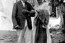 Historik August Sedláček s manželkou Terezou v roce 1920 na Hradu Zvíkov.
