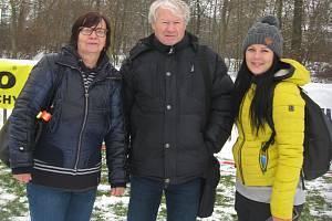 Atletický kroužek. Zleva Marie Fuková, předseda oddílu TJ Chyšky Josef Fuka a trenérka Michaela Vanišová.