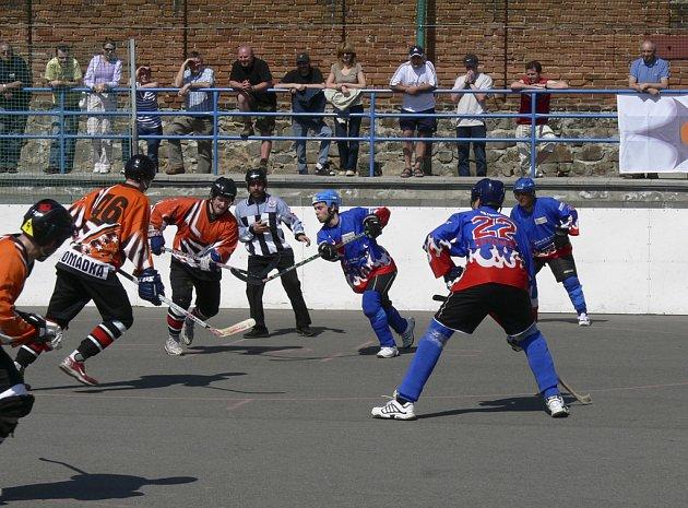 Tuto sobotu a neděli budou v Písku sehrány třetí a čtvrté finálové duely oblastní ligy hokejbalistů mezi domácím Švantlákem a týmem Betonovy Holubov. Zatím je stav nerozhodný 1:1.