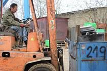 Vykoupený kovový odpad na snímku přemisťuje Štefan Papp, pracovník firmy  Kovošrot Group Písek.