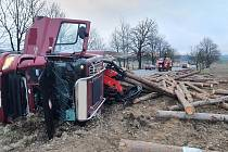 Nehoda tahače s nákladem klád u Nového Dvora na výjezdu z Písku ve směru na České Budějovice.