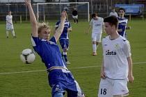 Jindřich Rosůlek (na snímku vpravo v souboji se strakonickým Pavlem Novákem) vstřelil ve středečním  utkání III. fotbalové ligy SK Hlavice – FC Písek (1:7) čtyři branky hostí. Věřme, že si nějaký gól schoval i na duel s týmem SK Zápy.