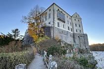 Podzimní krajina kolem zámku láká k vycházkám.