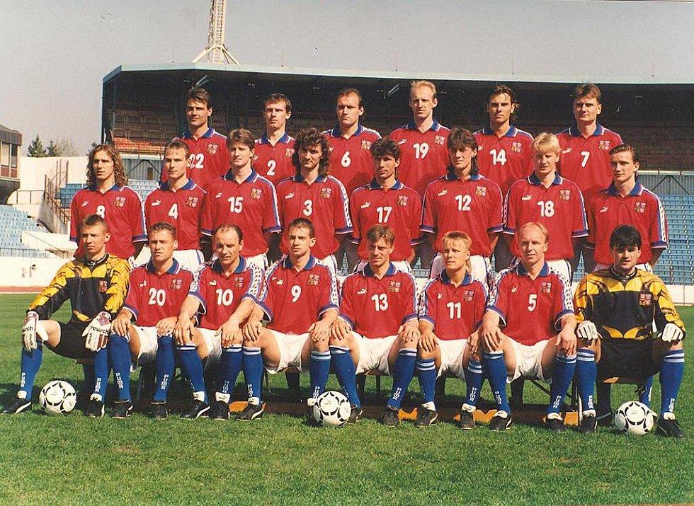 Na snímku je reprezentační tým ČR, který na fotbalovém mistrovství Evropy 1996 v Anglii obsadil druhé místo a získal stříbrné medaile. Někteří hráči z tohoto mužstva se v sobotu 12. června představí v přátelském utkání v Písku proti domácímu celku.